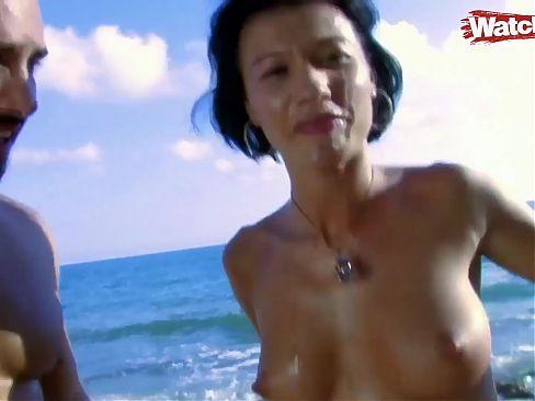 Im Urlaub am Meer die geile brunette gefickt
